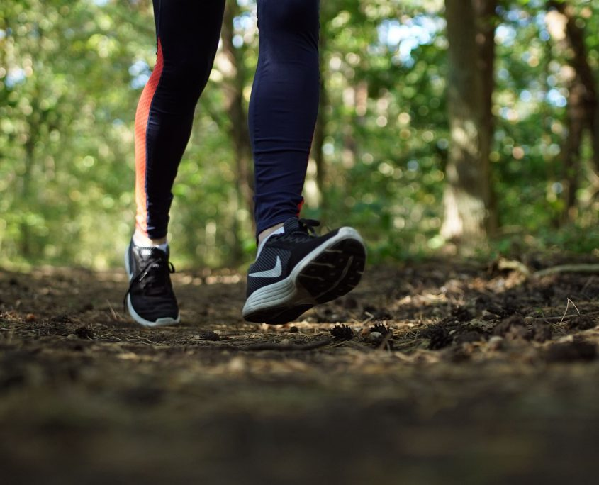 Foto voeten loper in bos